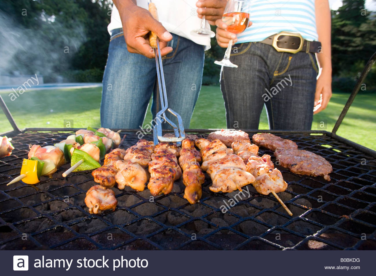 paar beim grillen im freien grill mittelteil standby stockfoto bild 17467116 alamy. Black Bedroom Furniture Sets. Home Design Ideas