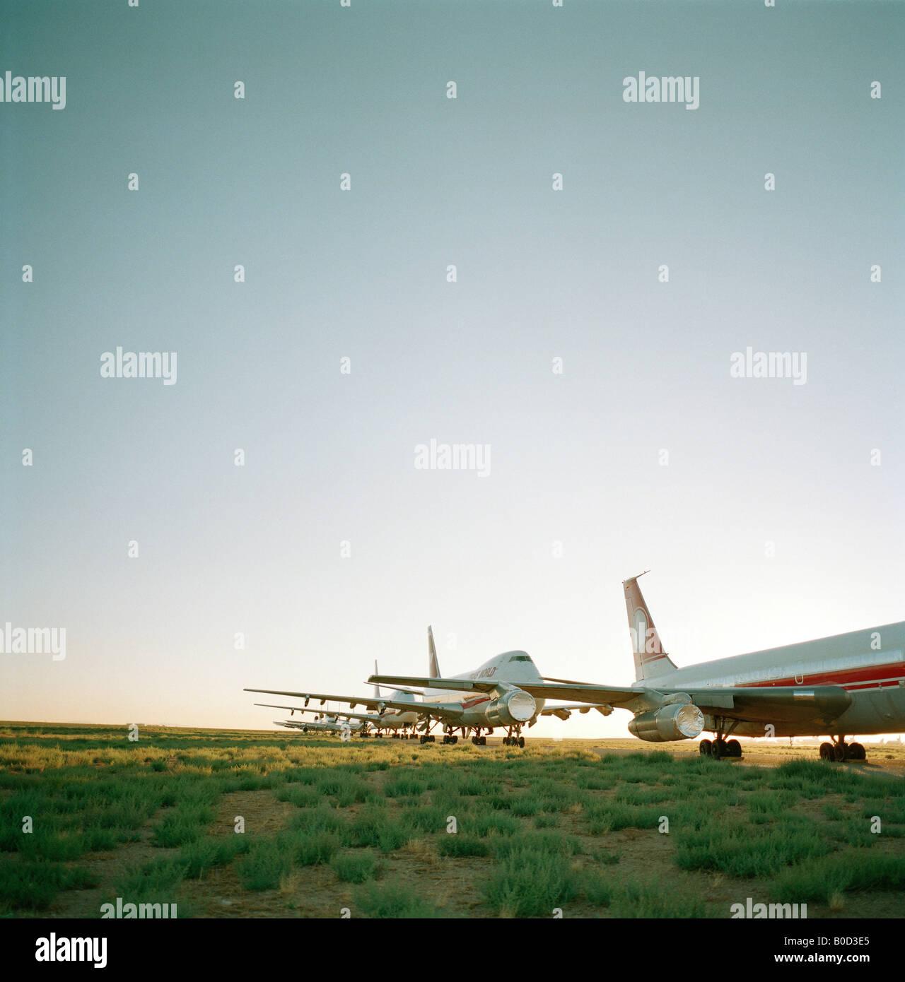 Gespeicherten alten Flugzeuge sitzen in der Mittagshitze des trockenen Sonora-Wüste am Mojave Airport Anlage Stockbild