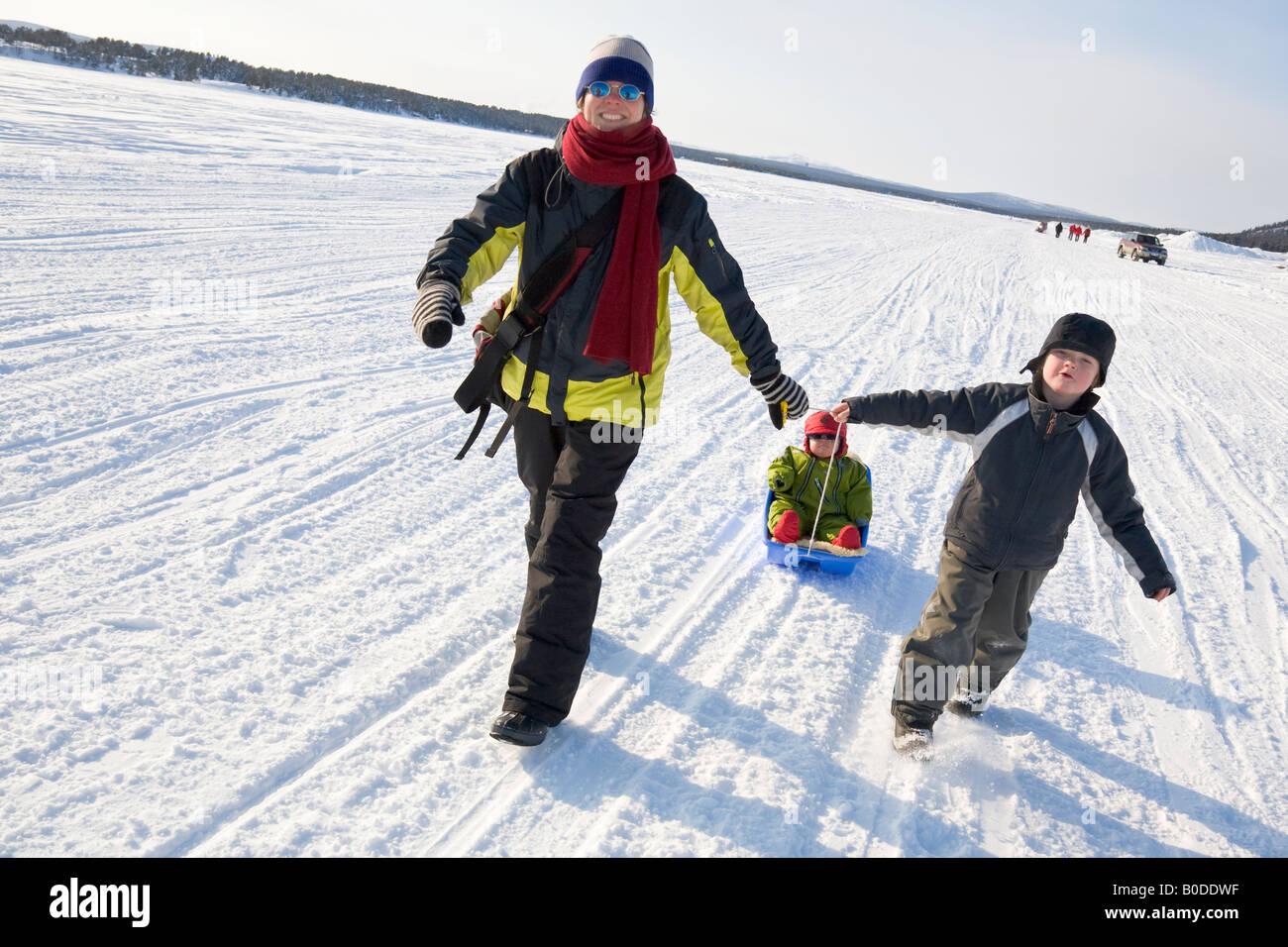 Bei einem Spaziergang im Schnee in Nordschweden Stockfoto