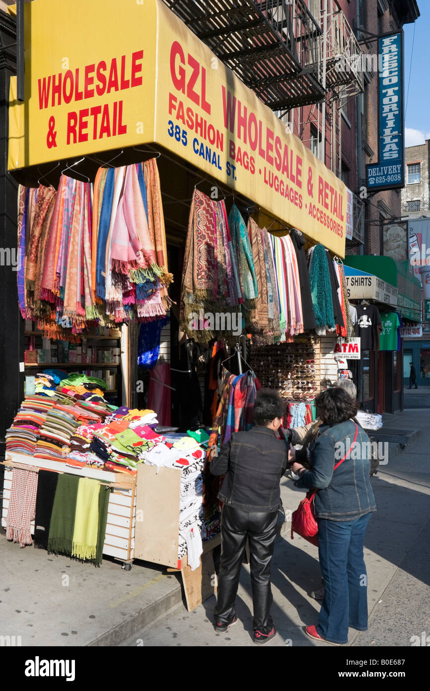 chinesische frauen blick auf billige kleidung in einem