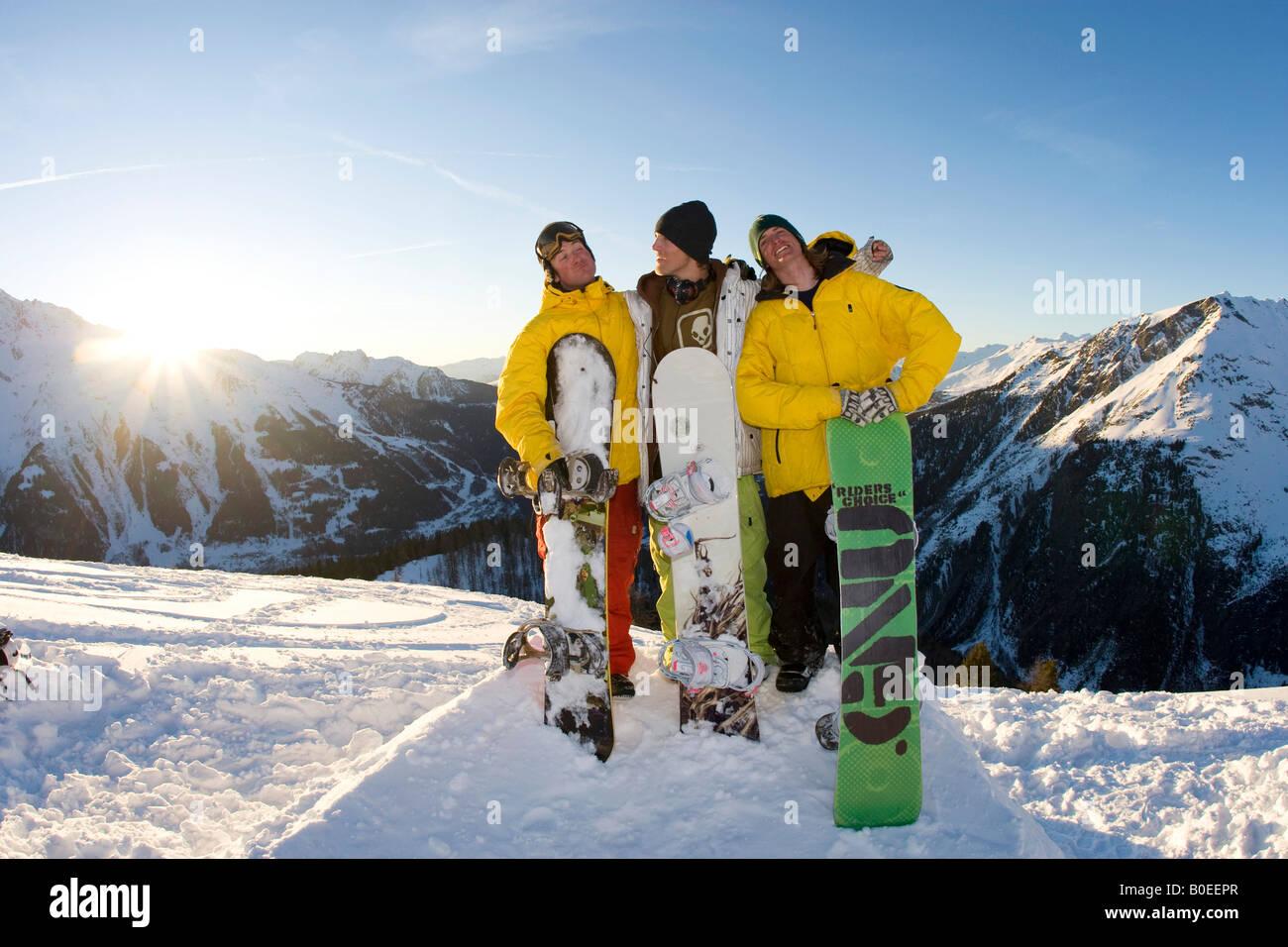 Murray Jo Howard Clark und Zac Burke am Ende eine tolle Tage Snowboarden. Stockbild