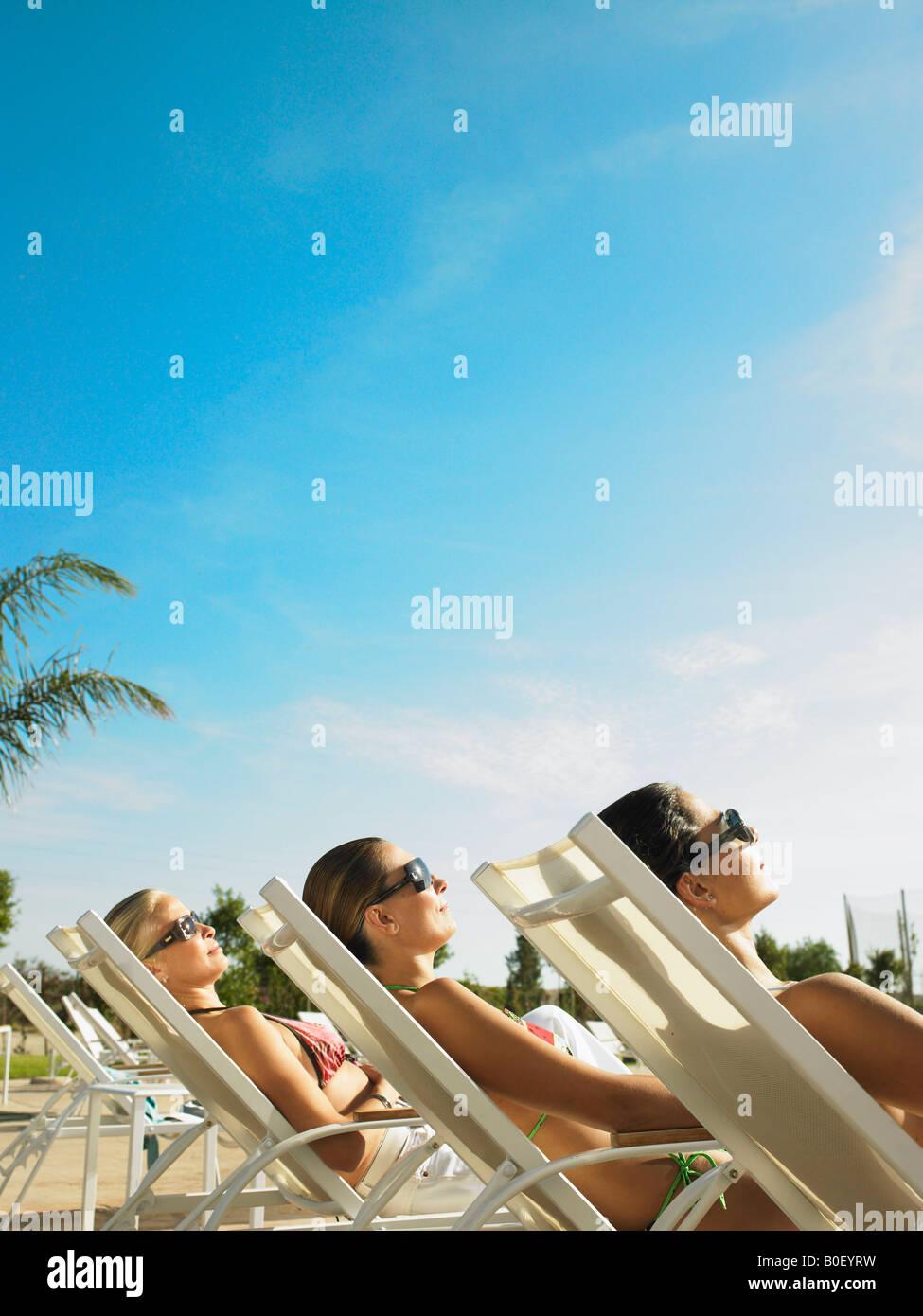 Drei Damen in der Sonne entspannen Stockbild