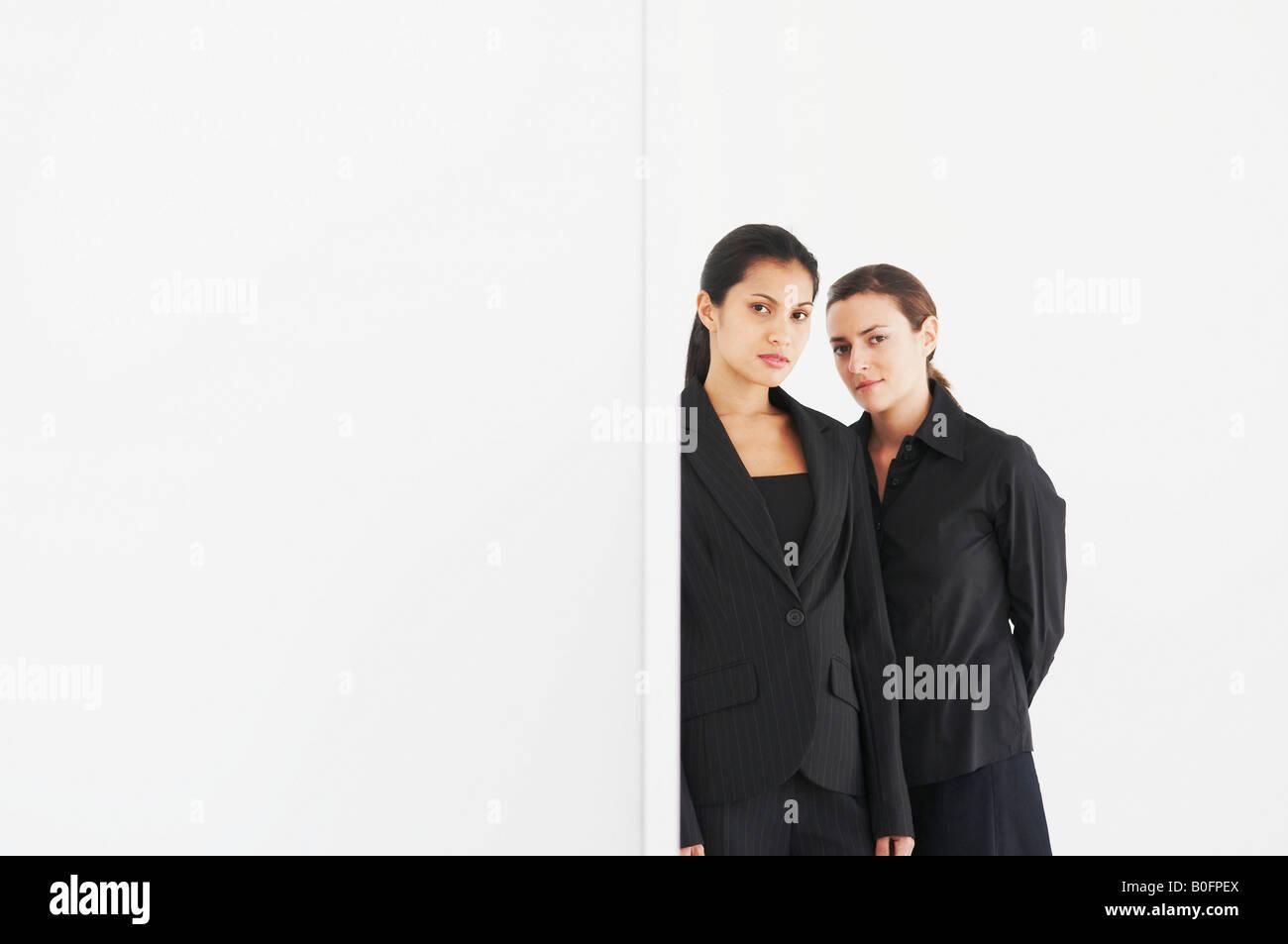 Zwei Frauen in schwarzen Blick auf Kamera Stockbild