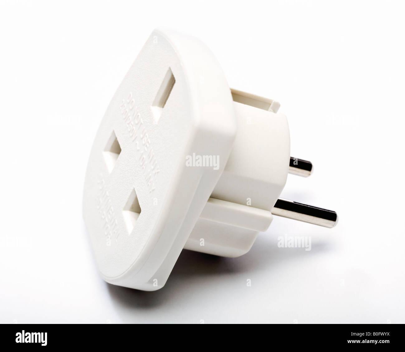 Europäische Stecker-Adapter - UK 3-Pin-Stecker zu europäischen 2 Pin Stecker Reiseadapter Stockbild