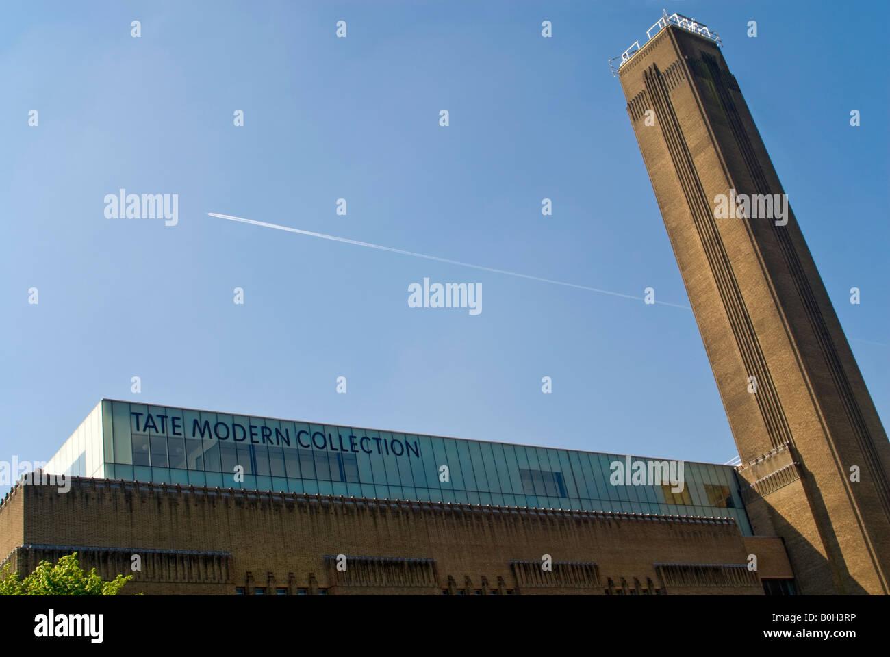 Uberlegen Horizontale Eckige Blick Auf Den Markanten Roten Backstein Kamin Und Dach  Der Galerie Tate Modern Art Gegen Ein Strahlend Blauer Himmel.