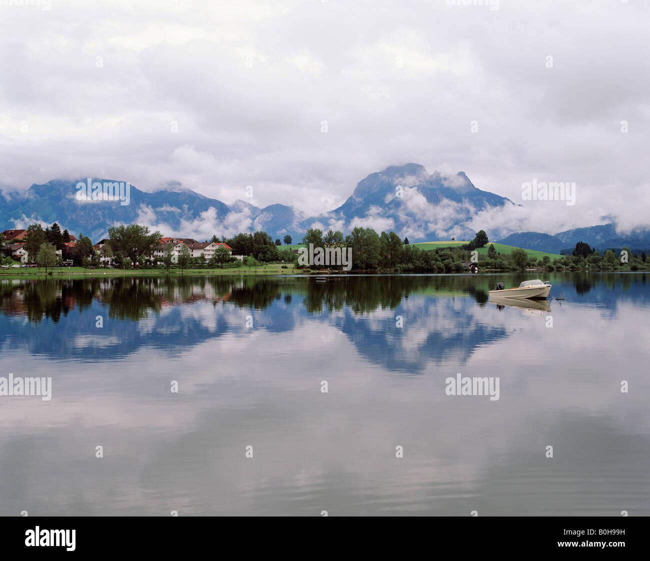 Am Weissensee, Panoramablick auf die Alpen, Allgäu, Bayern, Deutschland Stockbild