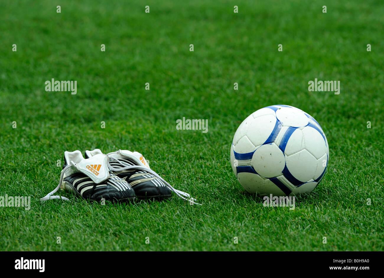 oben Fußballschuhe und einen Fußball auf dem Rasen Stockfoto  großer Rabatt
