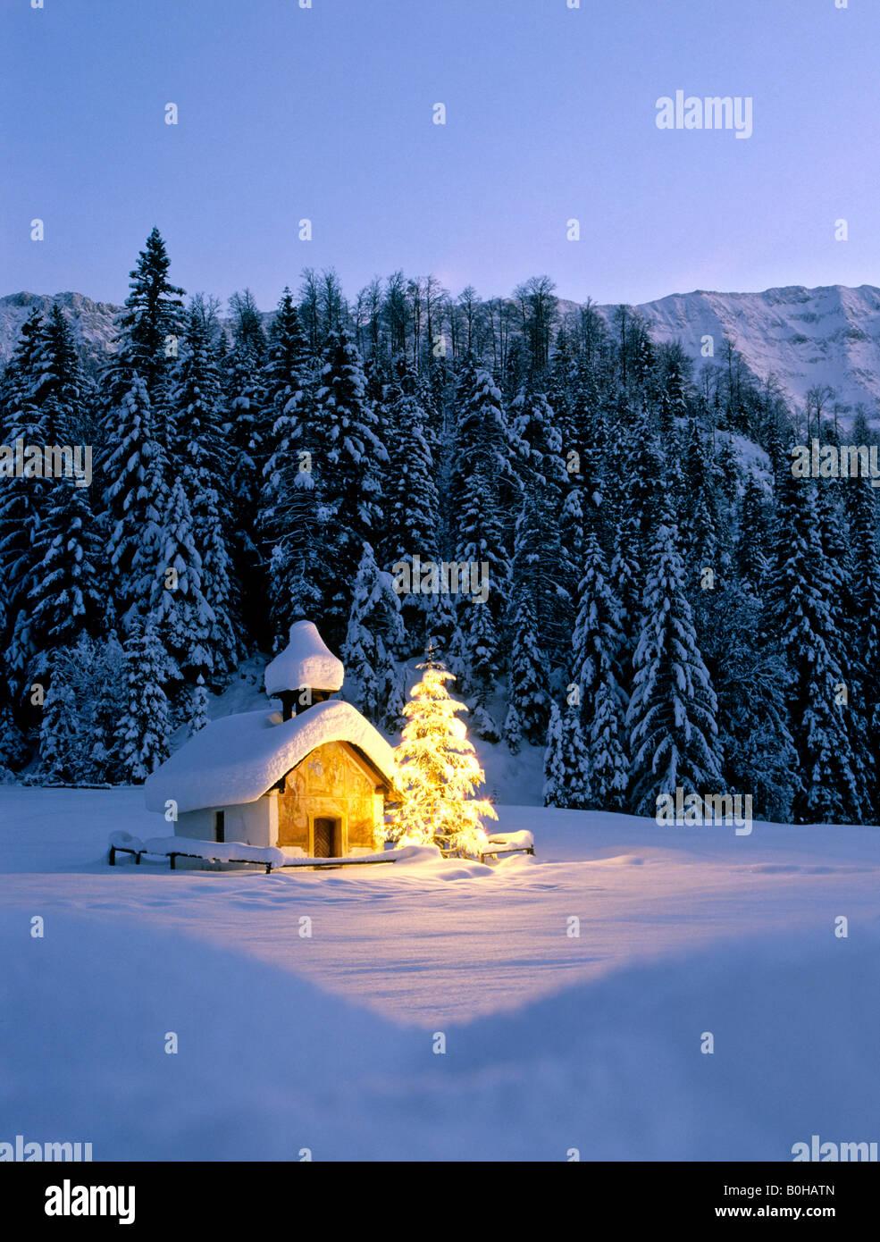 Kapelle in der n he von elmau d mmerung verschneite winterlandschaft weihnachtsbaum upper - Mobelladen in der nahe ...