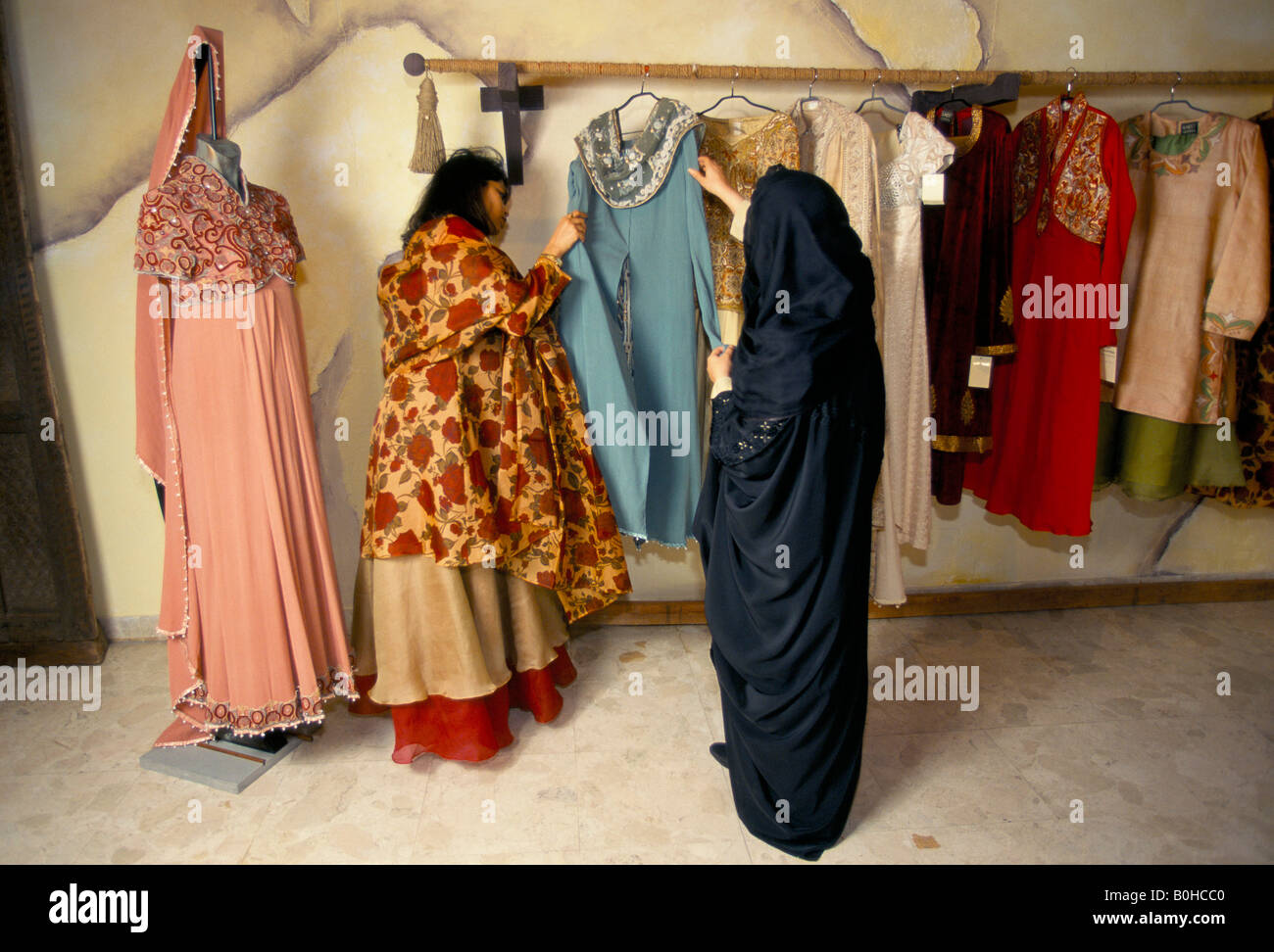 Frauen, die Wahl einer Henna-Nacht-Party-Kleid, Dubai, Vereinigte ...