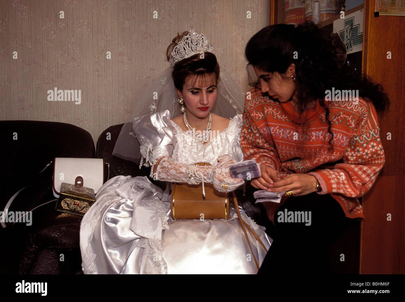 Eine Irakische Braut In Ihrem Hochzeitskleid Mit Ihrer Schwester