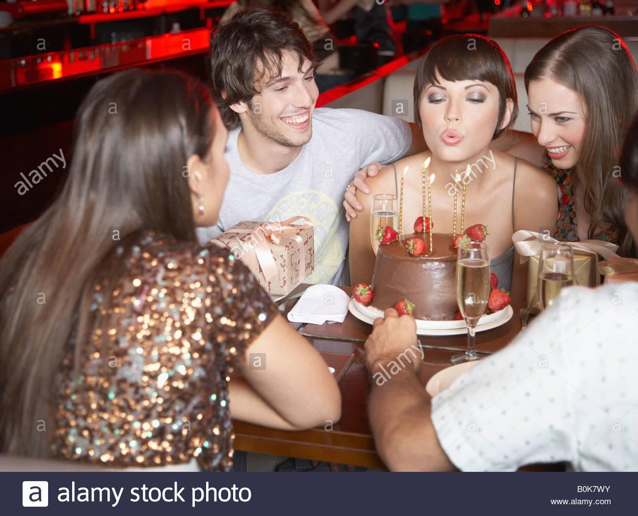 fünf Menschen, die Spaß und lächelnd auf einer Geburtstagsfeier in einem restaurant Stockbild