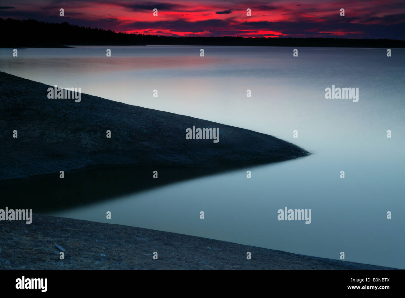 Frühjahr Sonnenuntergang auf der Insel im See Østenrødøya Råde Vansjø, Kommune, Østfold Stockbild