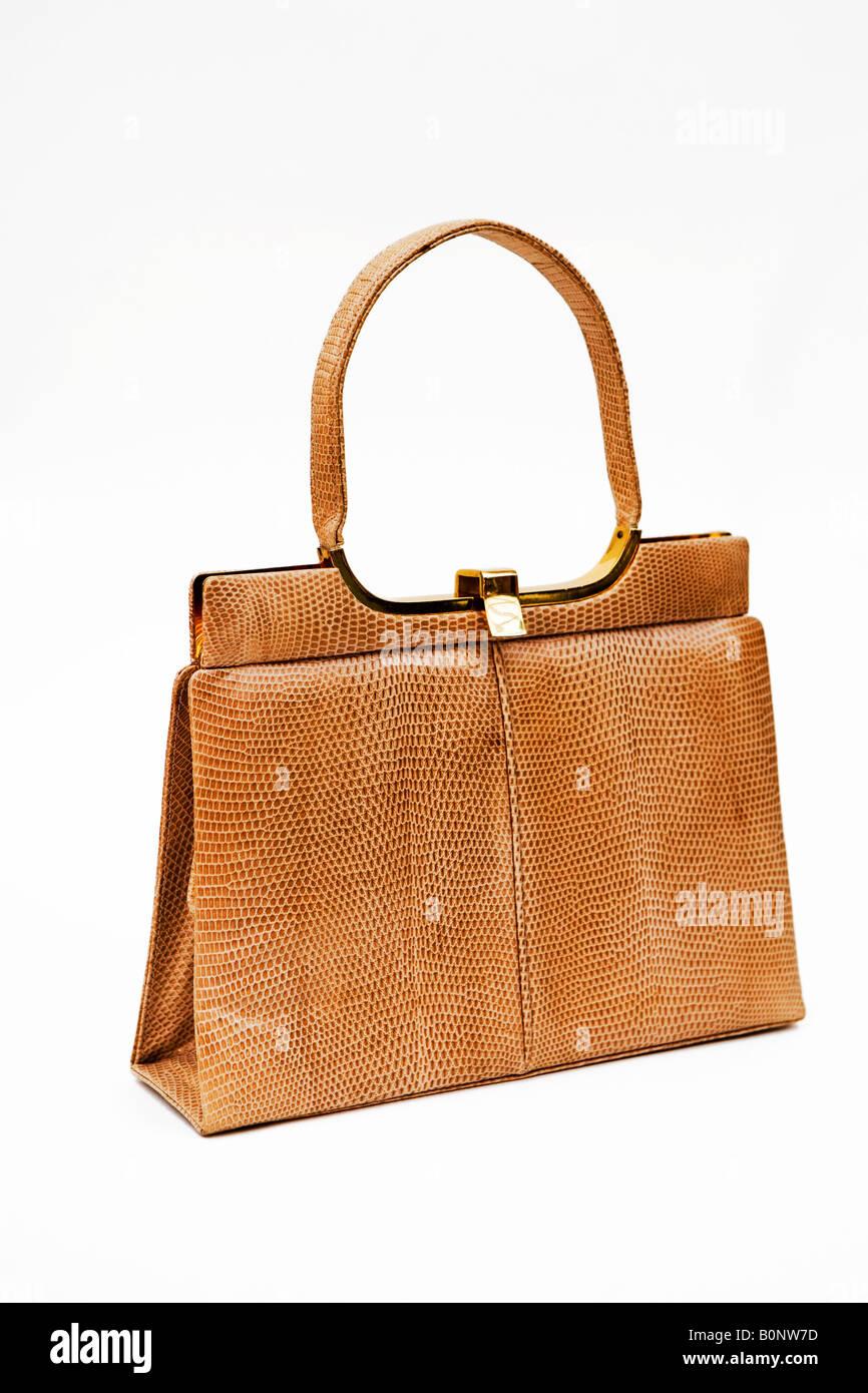 90e195b9eb813 1950   60 Schuss Vintage Handtasche vor einem weißen Hintergrund Stockbild