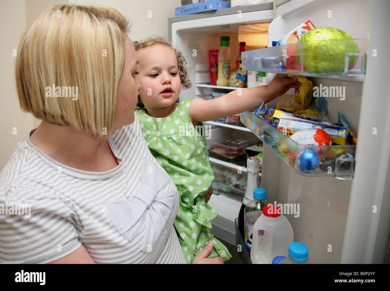 Mutter und tochter in der k che das kleinkind nimmt eine for Kuhlschrank kleine kuche