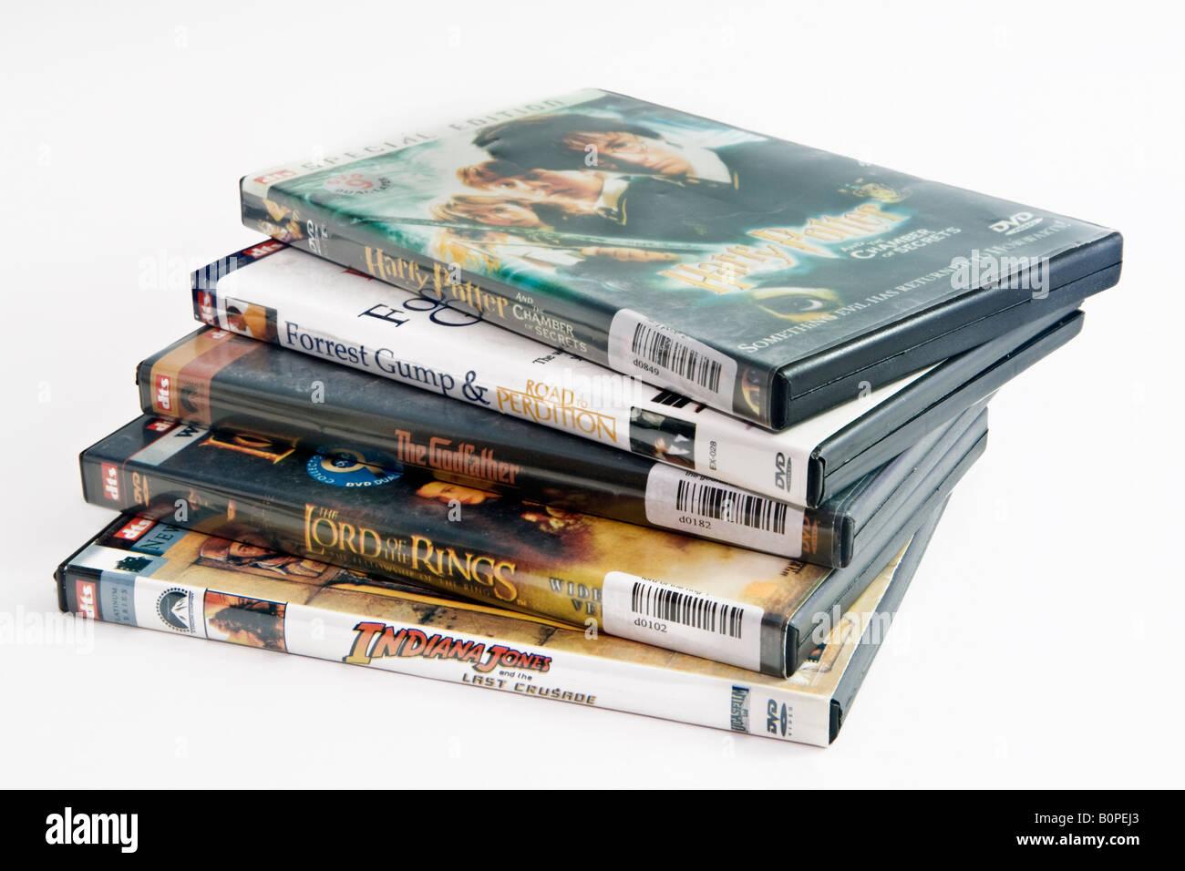 Ein Haufen von raubkopierte DVDs der populären Filmen. Für rechtliche nicht gekaperte DVDs B83XE3 suchen Stockbild