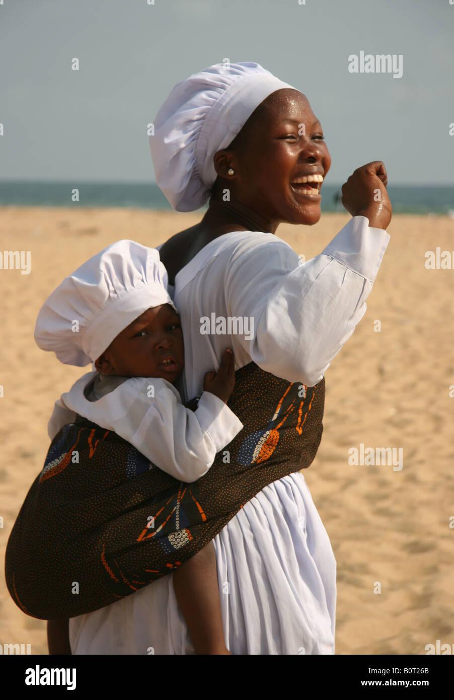 Mutter Mit Kind Im Weißen Kleid Am Strand In Benin Auf Dem