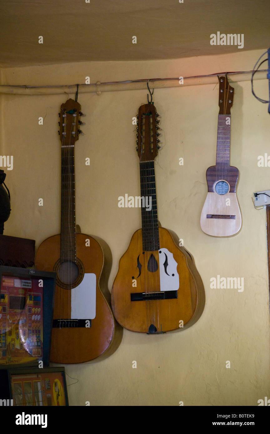Gran Canaria - in das Dorf Fataga Künstler Berggemeinde, Caranian Instrumente hängen in der Bar: Guitarra Stockbild