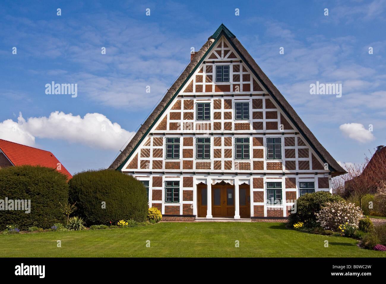 historisches fachwerkhaus mit reetdach altes bauernhaus. Black Bedroom Furniture Sets. Home Design Ideas