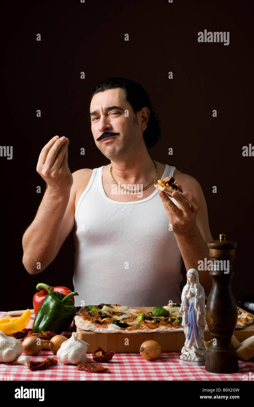 Stereotypen Italiener Pizza essen und Gestikulieren mit hand Stockfoto