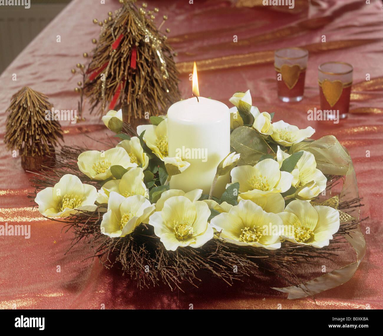 Weihnachtsarrangement mit Weihnachten Rosen Stockfoto, Bild ...