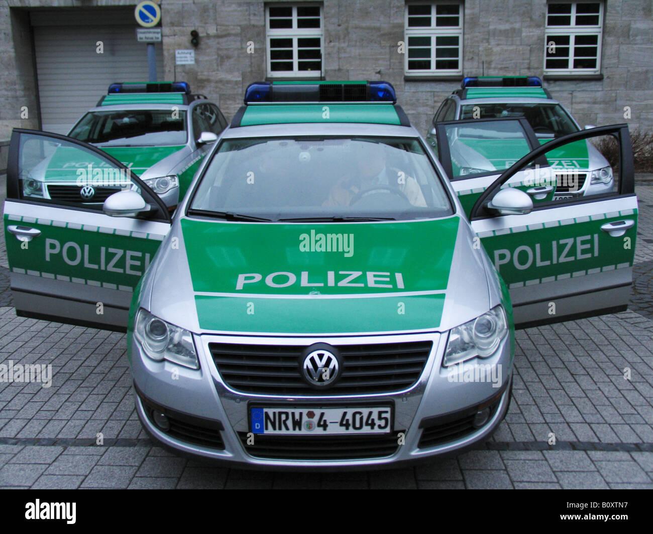 Türen Bochum polizeiautos vor der polizeistation in bochum mit offenen türen
