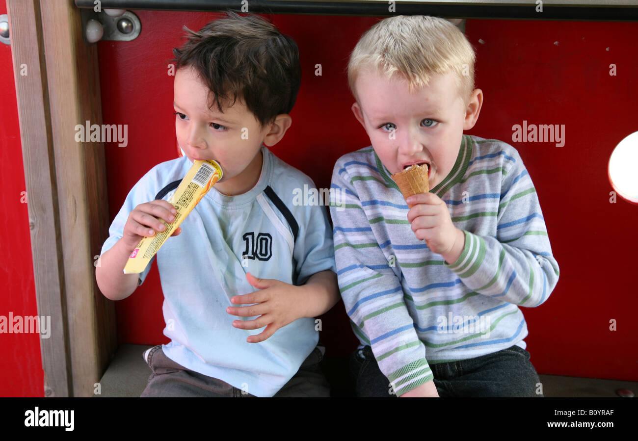 Klettergerüst Für 2 Jährige : Zwei jährige jungs sitzen in einem klettergerüst park