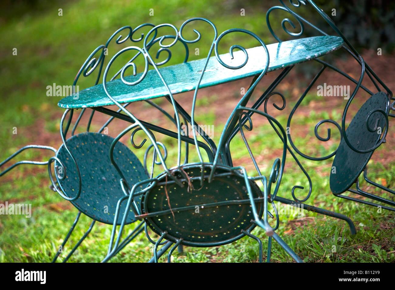 Grun Metall Gartenmobel In Rustikaler Umgebung Franzosisch A Wet