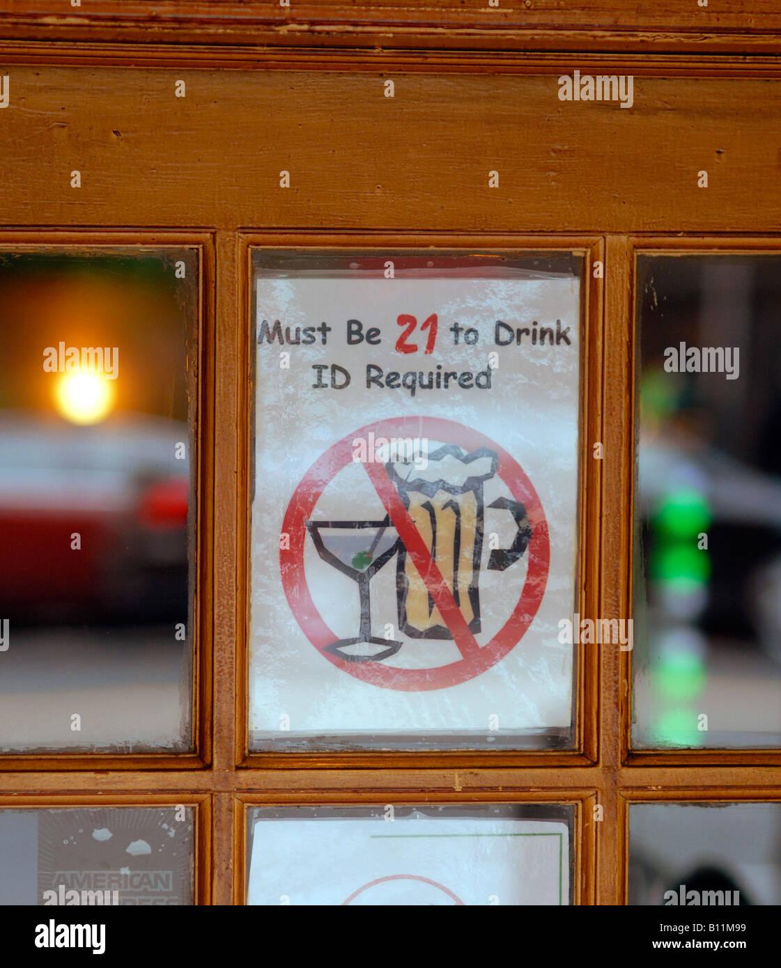 Melden Sie erfordern Gönner eines Balkens einundzwanzig Jahre alt sein oder über trinken Stockbild
