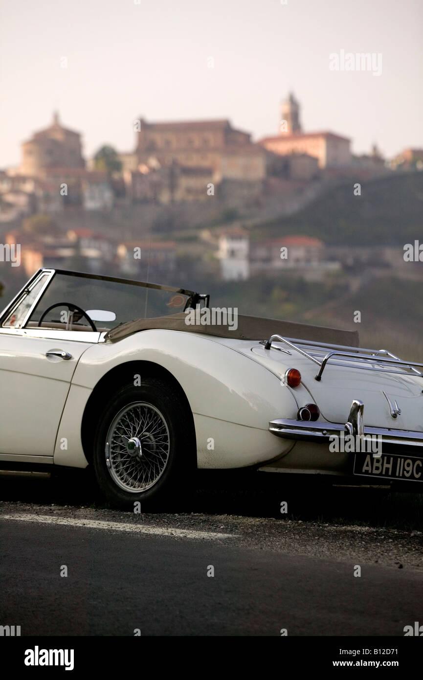 Austin Healey Sportwagen geparkt auf Straße in der Nähe von italienisches Dorf Barolo Gebiet von Italien Stockbild