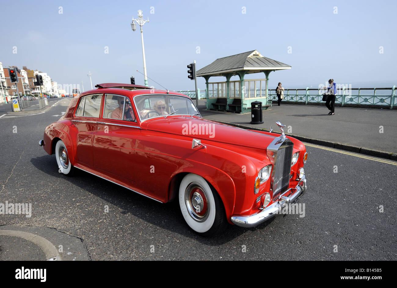 Ein rot wird Rolls-Royce Silver Cloud auf Brighton Seafront UK Juni 2008 Stockbild