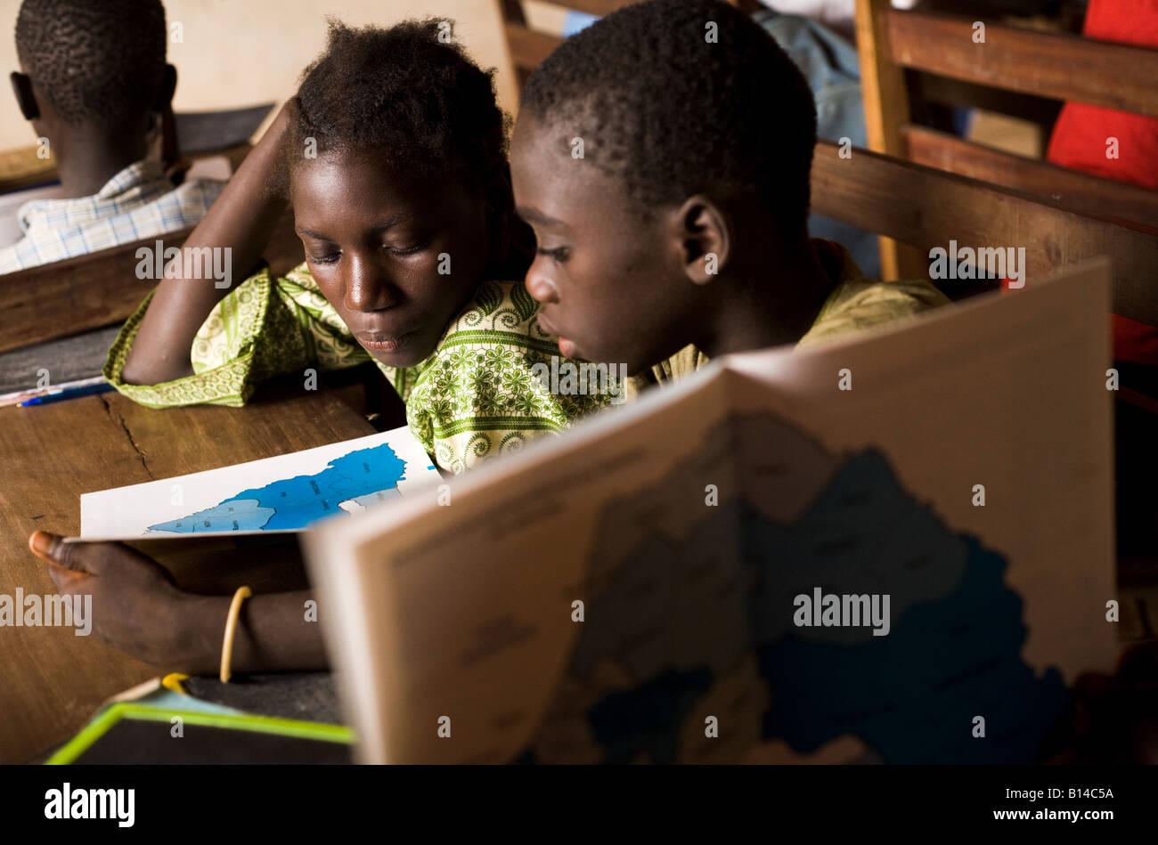 Kinder besuchen eine Geographie-Klasse Stockbild