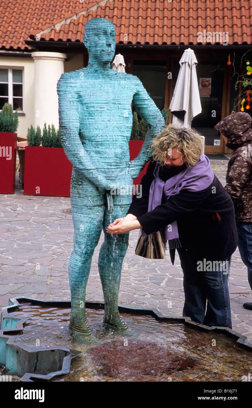Pissen Sie, Skulptur und Frau, Prag, Tschechische Republik