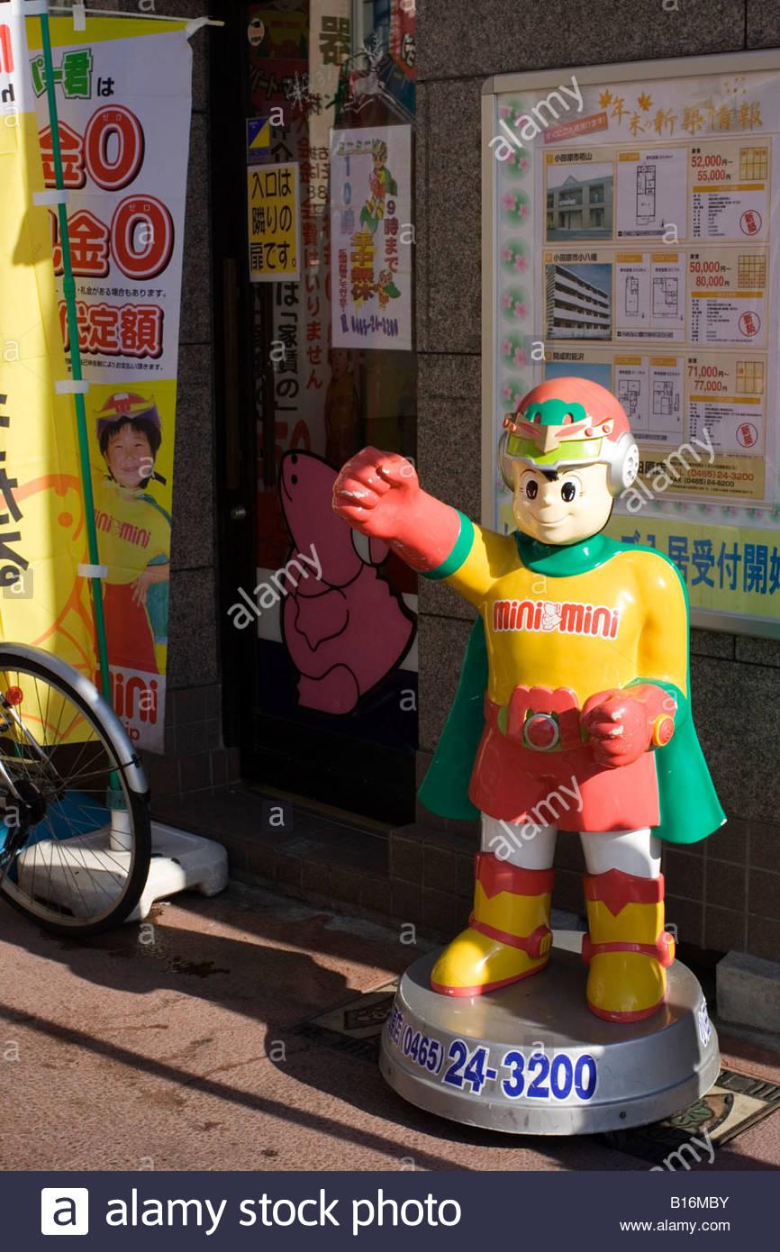 Ein Modell für eine Cartoon-Figur Mini-Mini-Mann vor einem Immobilienmakler-Geschäft in Odawara, Japan Stockbild