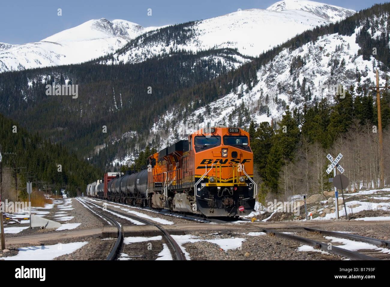 BNSF Güterzug rollt durch die Rollins Pass in den Rocky Mountains mit dem robusten Schnee begrenzt Colorado Stockbild