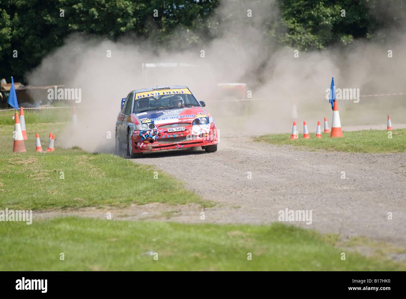 Ford Escort Rallye Rallye Auto off Road Racing Staub staubige Bühne Geschwindigkeit schnell Cosworth kicking Stockbild