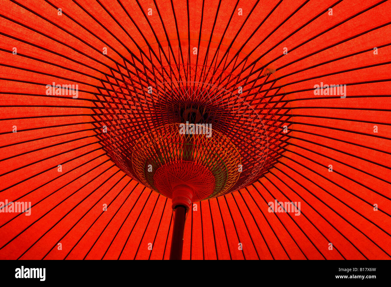 traditionelle japanische rotes Papier Regenschirm Kyoto Japan Stockbild