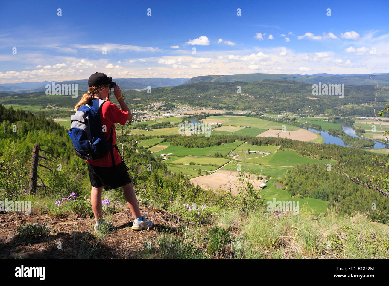 Weibliche wanderer mit dem fernglas auf enderby cliffs mit blick auf