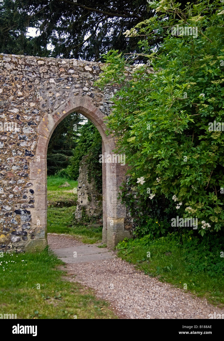 Gewölbte Tor Skelettteile Priory, West Sussex, England Stockfoto ...