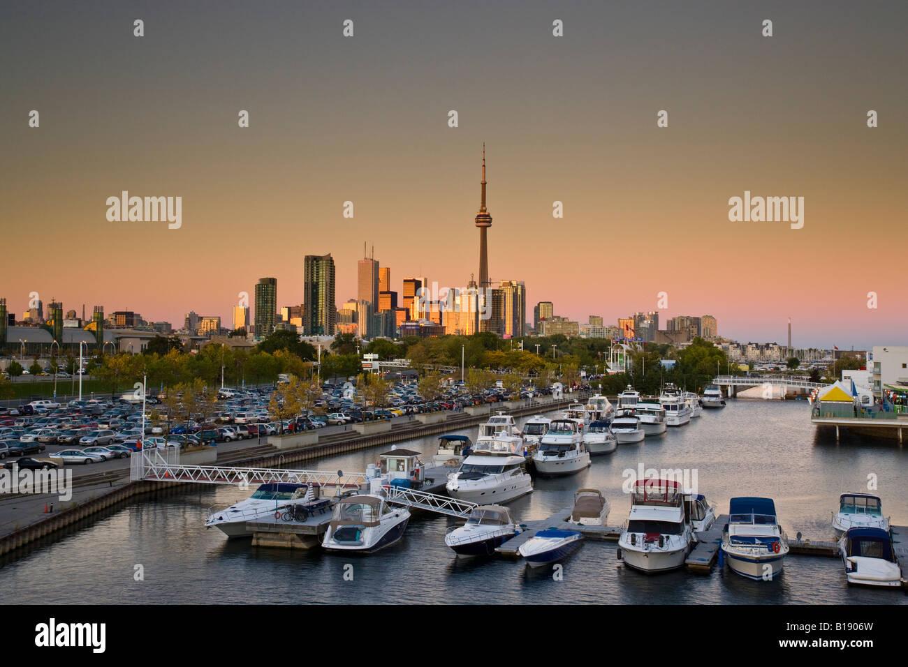 Skyline von Toronto und Ontario Place bei Sonnenuntergang, Toronto, Ontario, Kanada. Stockbild