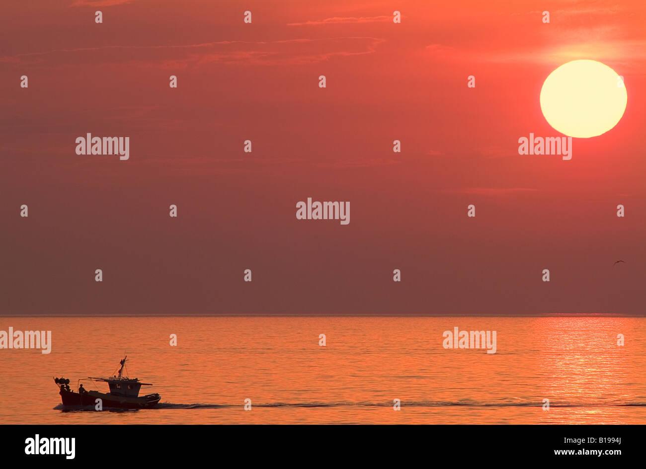 Angelboot/Fischerboot bei Sonnenuntergang, Ägäis, Insel Mykonos, Kykladen, Griechenland. Stockbild