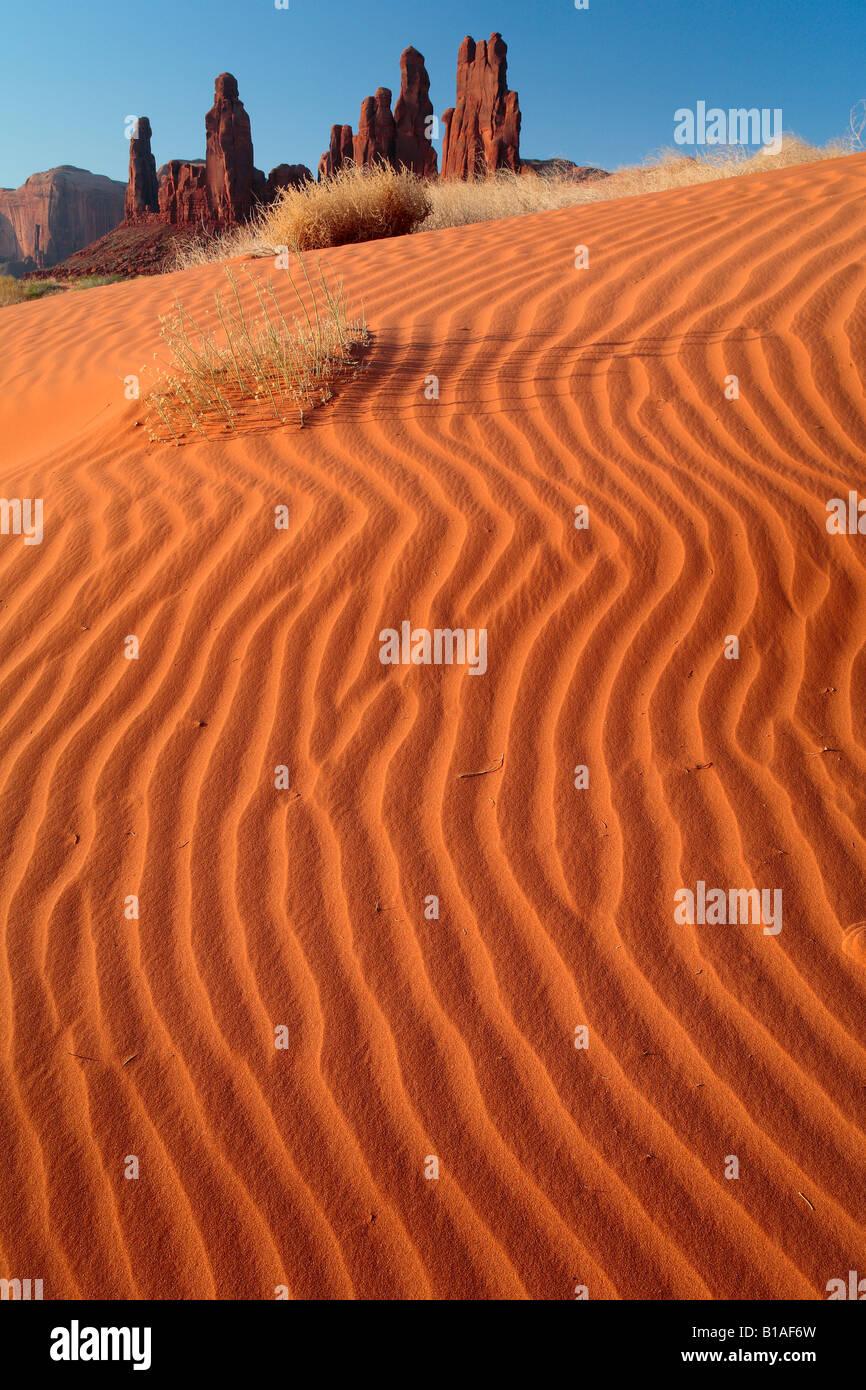 Sanddünen in der Nähe von Yei-Bi-Chai-Felsen (Totempfählen) im Monument Valley, Arizona Stockbild