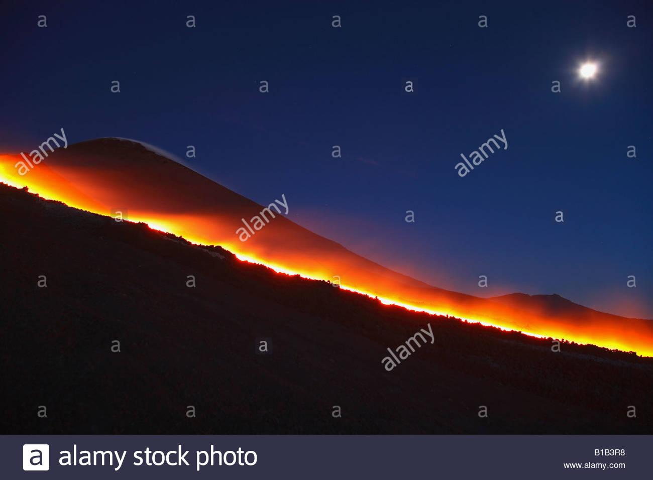 Italien, Sizilien, Ätna, geschmolzene Lava fließt vom Vulkan Stockbild