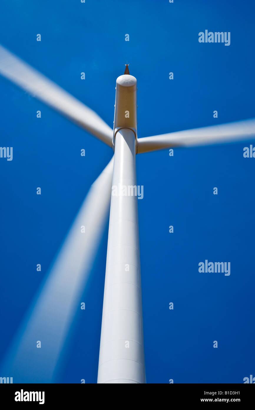 Nahaufnahme von Windturbine mit Schaufeln drehen gegen einen wolkenlosen, tiefblauen Himmel bei Westmill Windpark Stockbild
