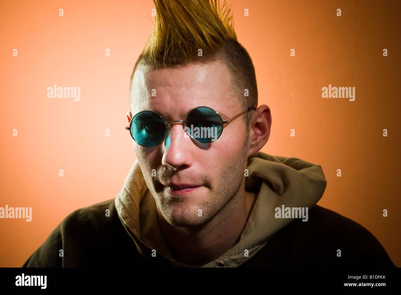 Junger Mann Mit Einem Mohawk Frisur Mit Brille Posiert Modell