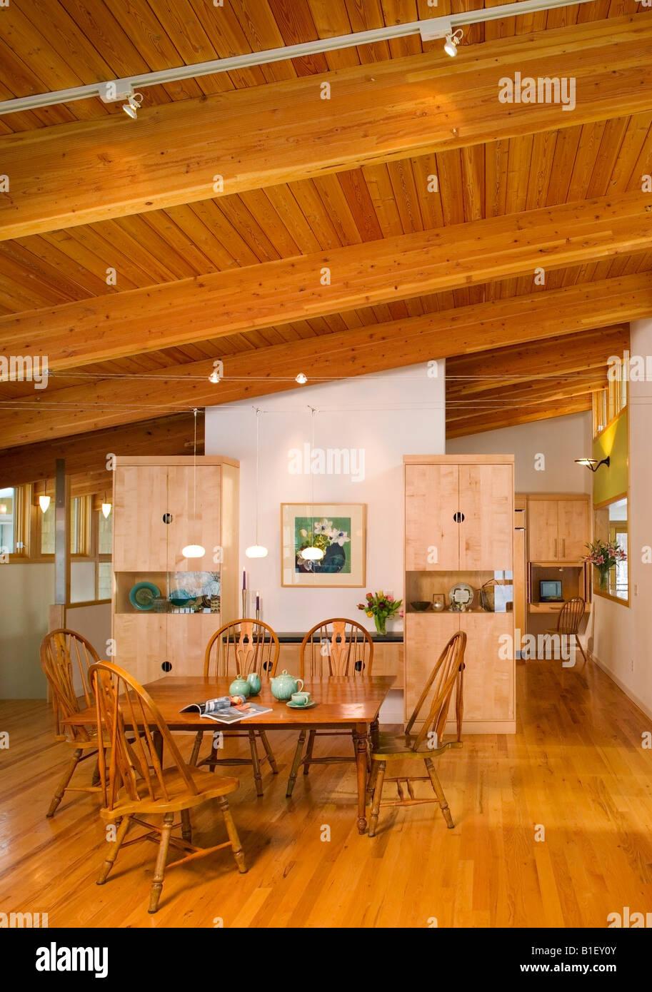 Küche Ansicht einer zeitgenössischen Residenz mit Ahorn-Holz und ...