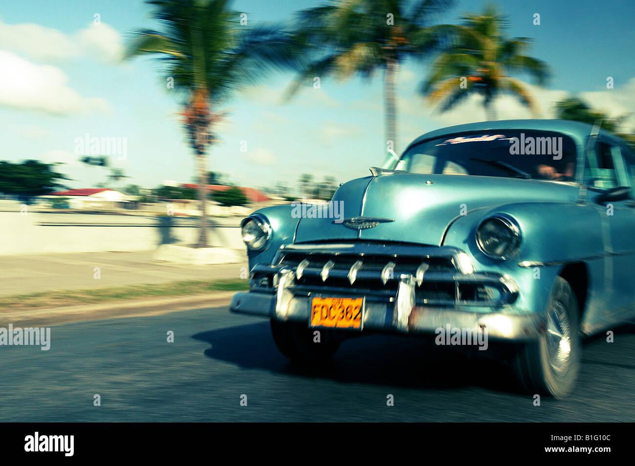 Amerikanische Oldtimer fahren mit Geschwindigkeit in Cienfuegos, Kuba Stockbild