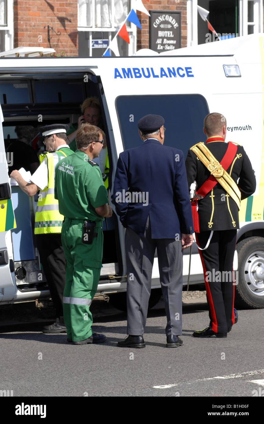 Sanitäter zur Verfügung, um jemand bei einer Parade Militray Erinnerung helfen Stockbild