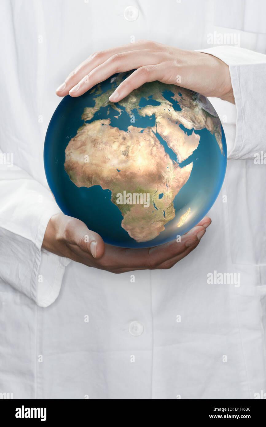 Wissenschaftler halten einen Globus Stockbild