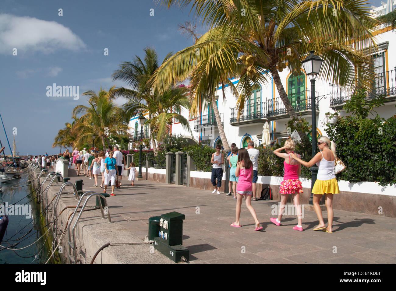 Touristen zu Fuß rund um den Yachthafen in Puerto de Mogan auf Gran Canaria auf den Kanarischen Inseln. Stockbild