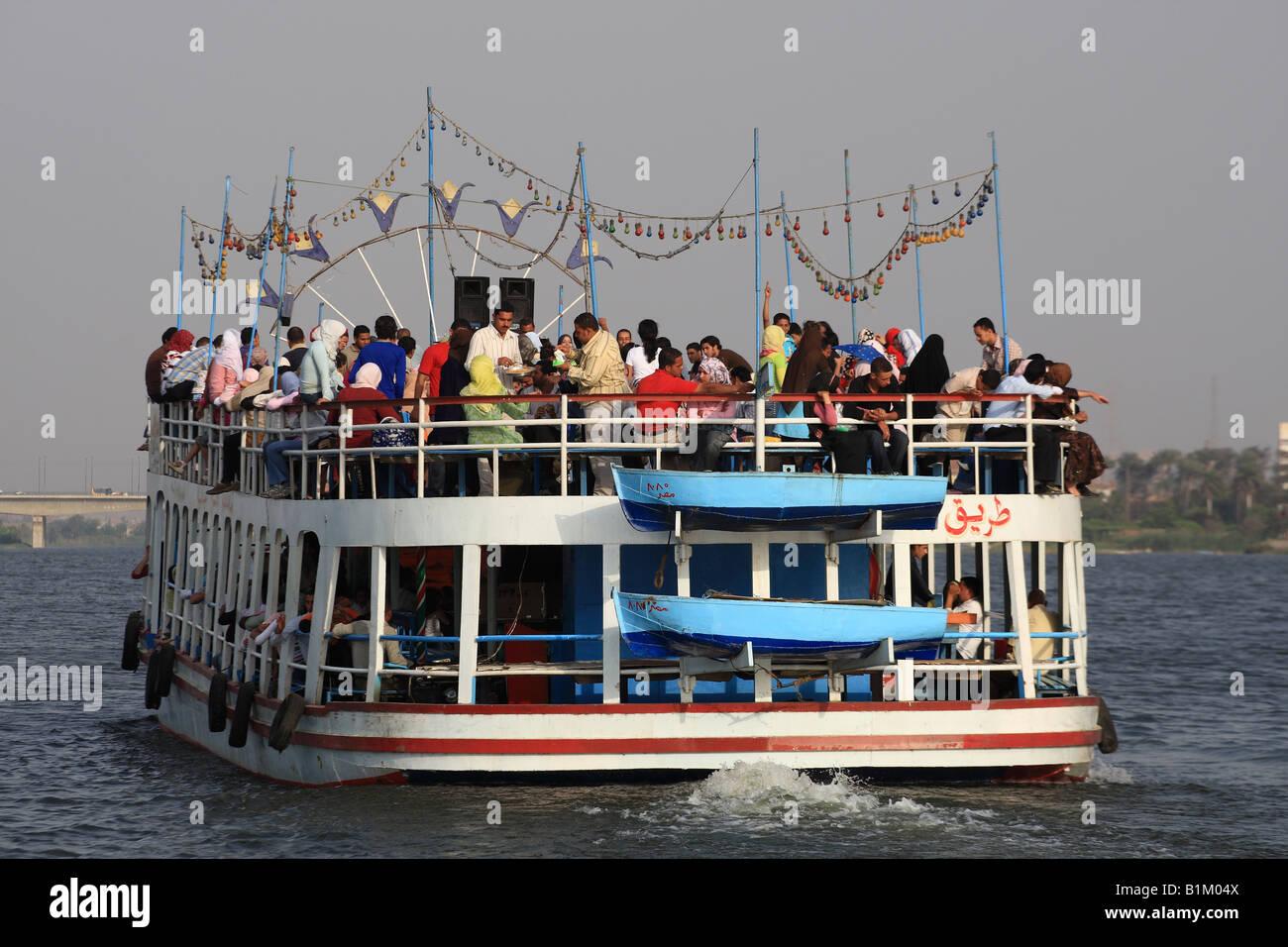 Junge ägyptische ein Flussboot mieten und Partei abgeben. Nil Kreuzfahrt Ägypten Stockfoto